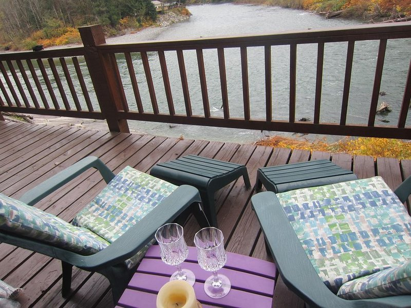 BRAND NEW ROMANTIC RIVERFRONT STUDIO, GREAT VIEWS, BY STEVENS PASS, vacation rental in Gold Bar