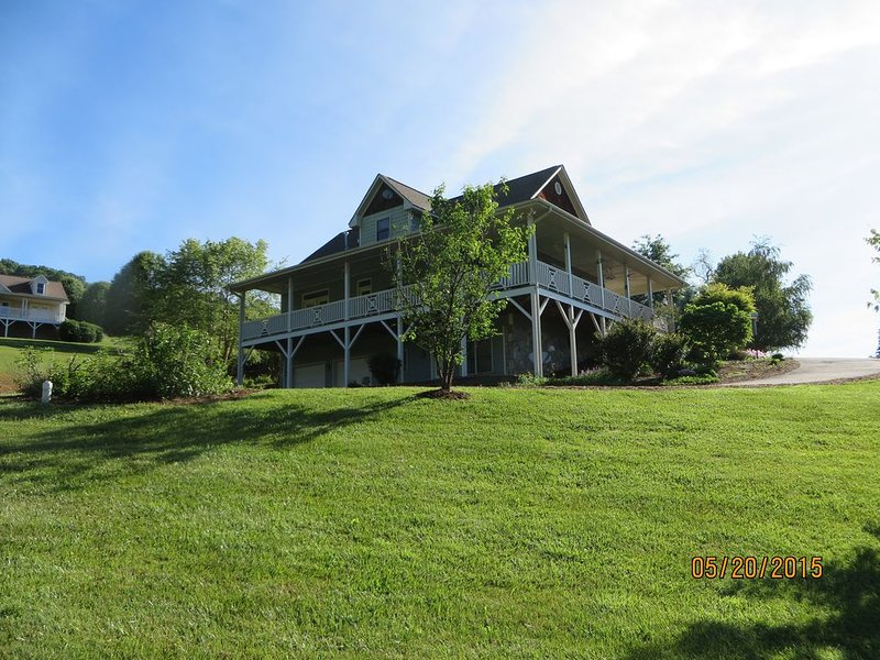 WAYNESVILLE BEAUTIFUL CRAFTMAN HOME ON QUIET 2 ACRES WITH AWESOME MOUNTAIN VIEWS, alquiler de vacaciones en Waynesville