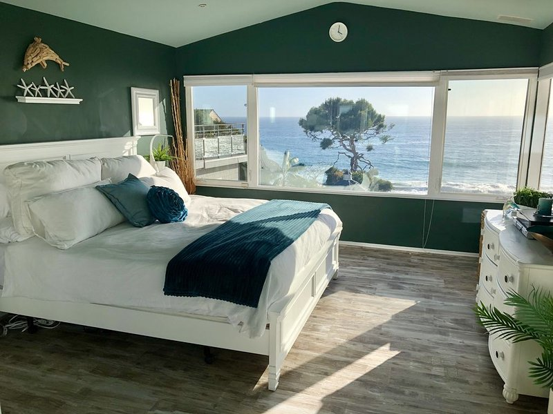 3 Story Luxury Beach House on the sand in North Laguna Beach.  Amazing views., location de vacances à Laguna Beach