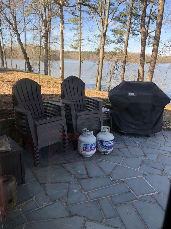 Grill und viele Sitzgelegenheiten im Freien mit Blick auf den See