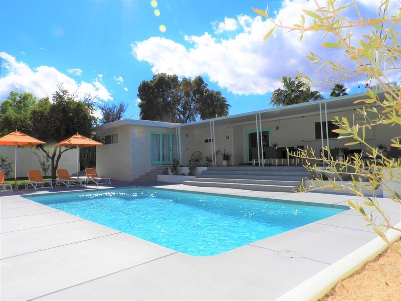Mid-Century 4-Bedroom Desert Retreat, holiday rental in Cathedral City