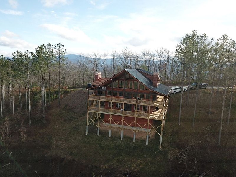 Mountaintop home w/ a hot tub, decks, pool table, & stunning views - 1 dog OK!, holiday rental in Blairsville