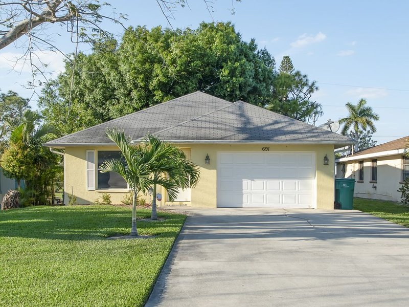 New Listing:  3/2 Beach House Walk to Beach (Kid and Pet Friendly)!, holiday rental in Naples Park