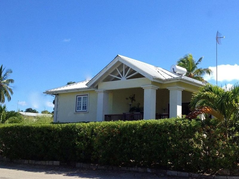 Stunning detached property near Sandy Lane on beautiful West Coast of Barbados, holiday rental in Paynes Bay