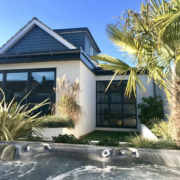 Luxury Beach House in The Witterings with Hot Tub, alquiler de vacaciones en East Wittering