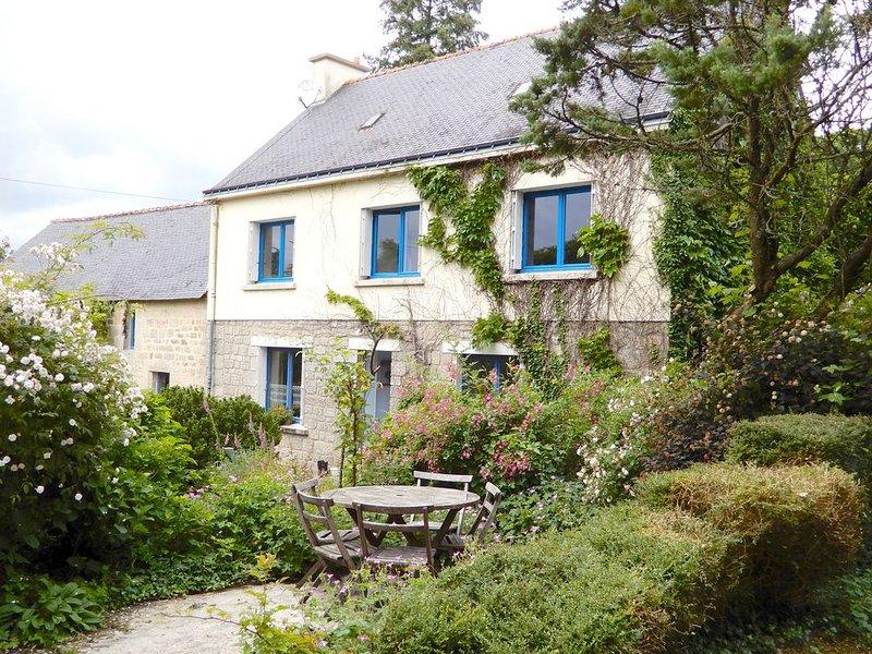 Gîte dans domaine de 5ha avec jardins de fleurs, arboretum, sentiers, ruisseau, vacation rental in Guilligomarc'h