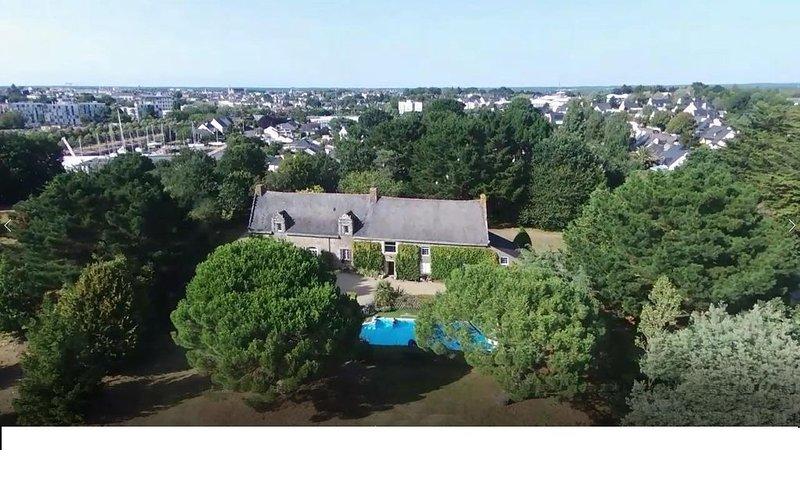 Grande maison familiale, piscine chauffée,10 min à pied du centre de Vannes, casa vacanza a Vannes