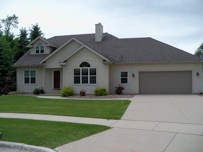 4 bedroom, 3 Bath Home only 9 Minutes from Road America, location de vacances à Kohler
