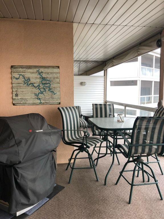 Assentos para 13 na Screened in Porch. TV ao ar livre. O melhor lugar para desfrutar do lago!