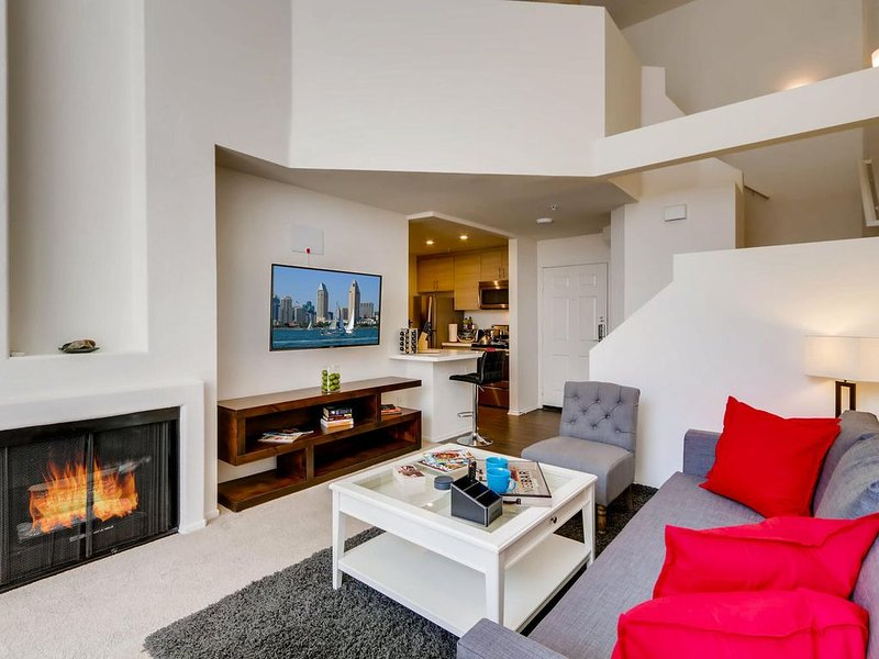 H2 - Gorgeous Downtown San Diego 1 Bedroom + Upstairs Bedroom Loft!, vacation rental in San Diego