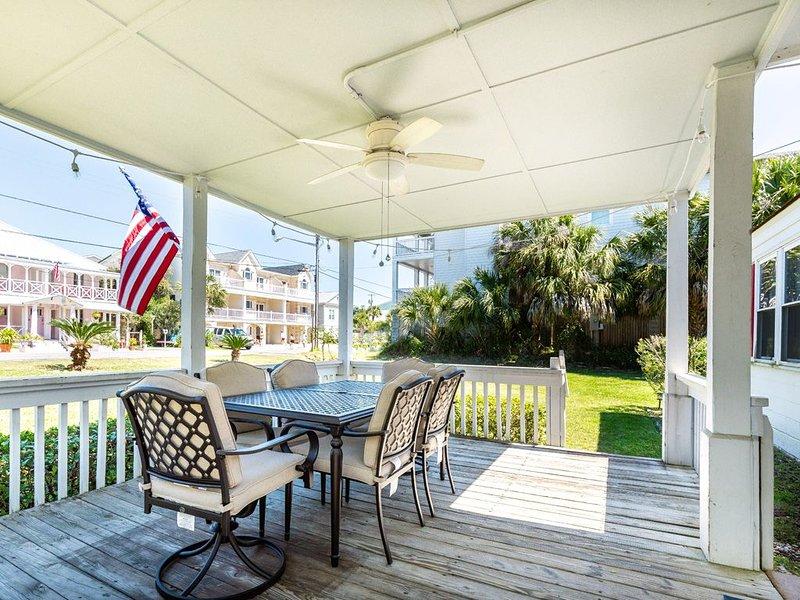 Great Quaint Cottage Only 90 Yards to Main Beach, location de vacances à Wilmington Island