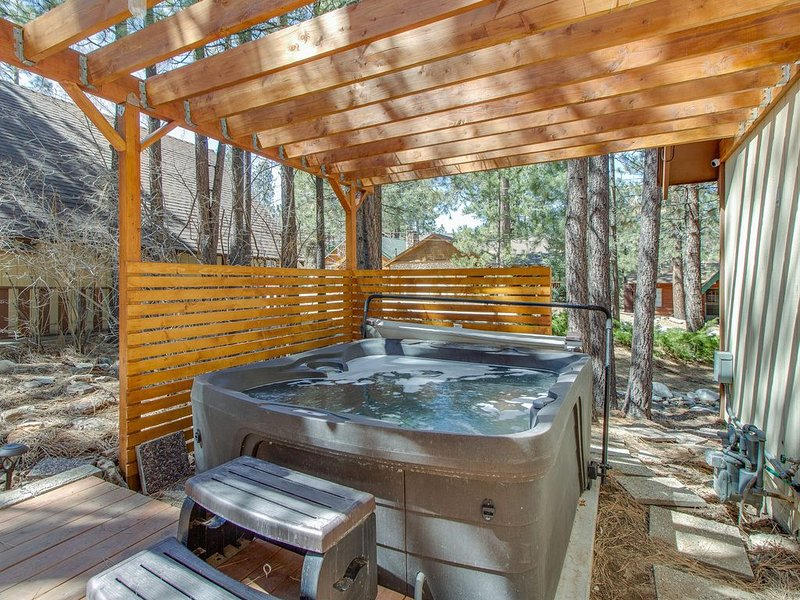 Cozy, vintage lake home w/ amazing outdoor decks & a private hot tub, location de vacances à Big Bear Lake