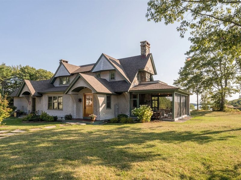 Private Family compound in the Mid-Coast Region! Secluded and gracious, yet cent, casa vacanza a Wiscasset