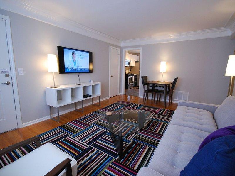 Brookwood Courtyard Condos - stilvolles Wohnzimmer mit 50-Zoll-LED-TV