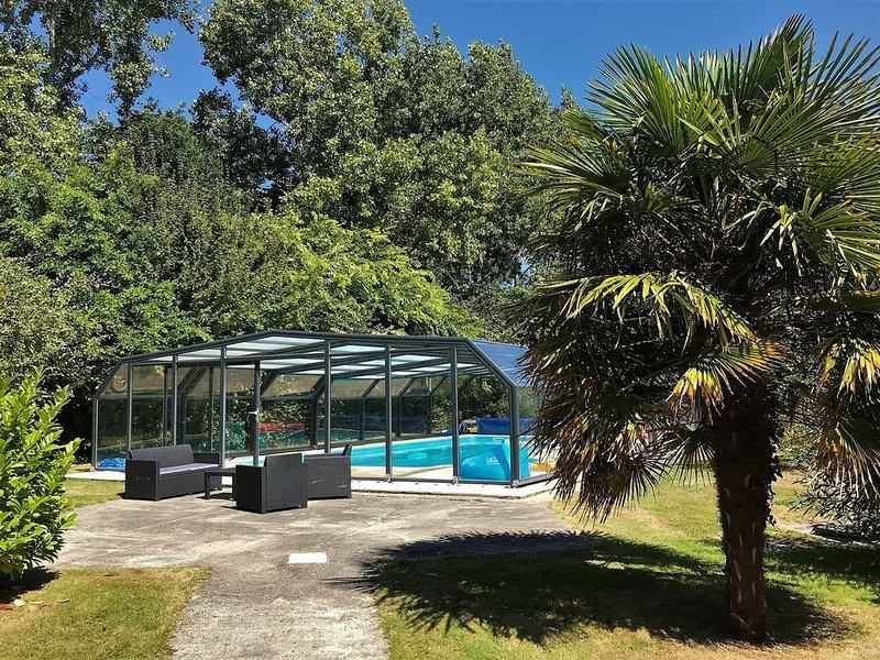 Villa de plain-pied avec WIFI, piscine privée sous abris haut à PLEUMEUR-BODOU, vacation rental in Pleumeur Bodou