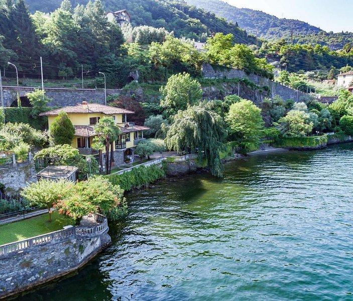 Villa Mina, in riva al lago con spiaggia e giardino botanico, holiday rental in Dervio