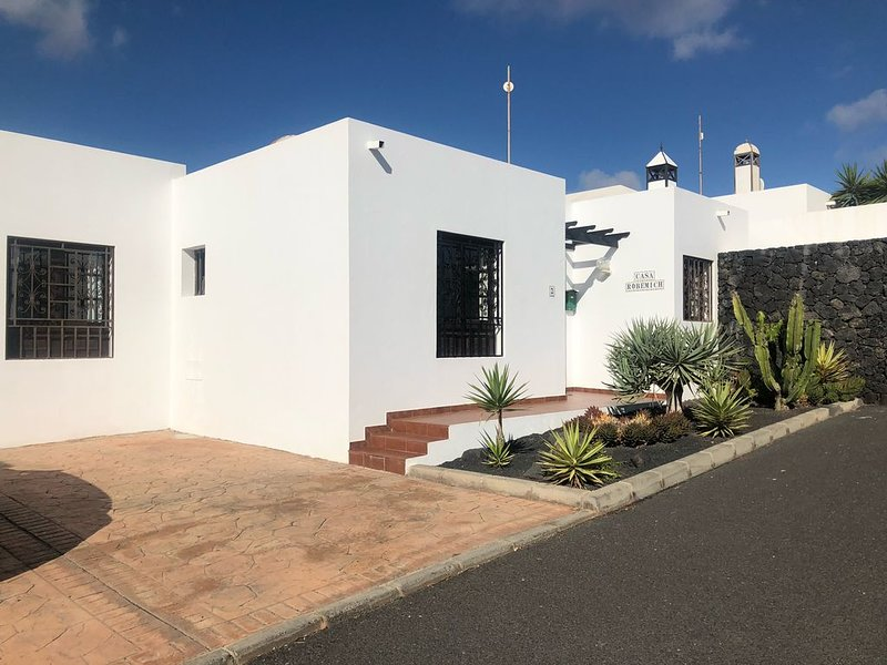 Villa with Private Pool - Quiet Residential Location, short stroll to the beach, vacation rental in Teguise