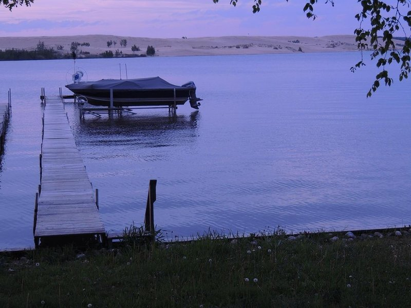 Water access, dock slip, view of lake & dunes, big yard, quiet & peaceful, location de vacances à Oceana County