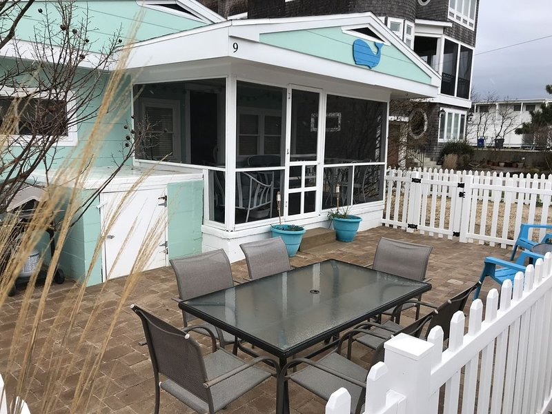 Newly Decorated Beach Cottage- Steps To The Beach, location de vacances à Dewey Beach
