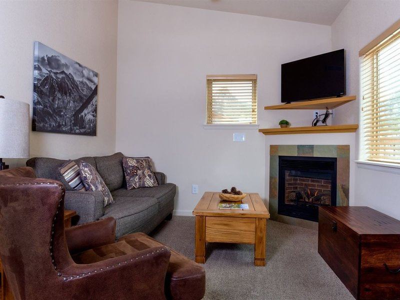 Riverside Condo with Mountain Views! 5 walk on the popular RiverWalk to Downtown, holiday rental in Estes Park