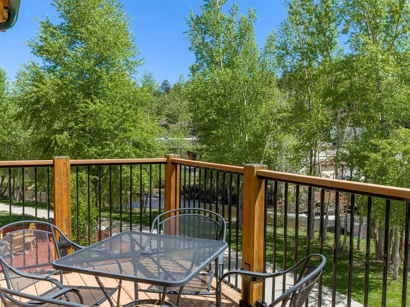 Overlooking Beautiful Fall River w/Mountain Views, Too! Minutes walk from downto, holiday rental in Estes Park