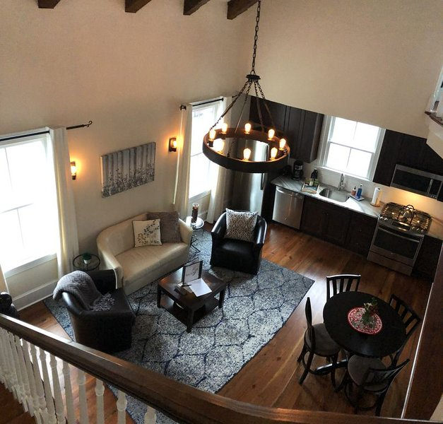 Stay in this POSH carriage house for Valentines with taxes included!, holiday rental in Savannah