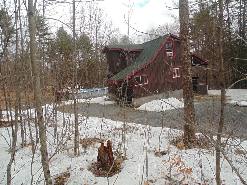 Adirondack Rustic 2 Story- Porch, Swim. Pool, Man Cave &  Pool Table-with WIFI, vacation rental in Stony Creek
