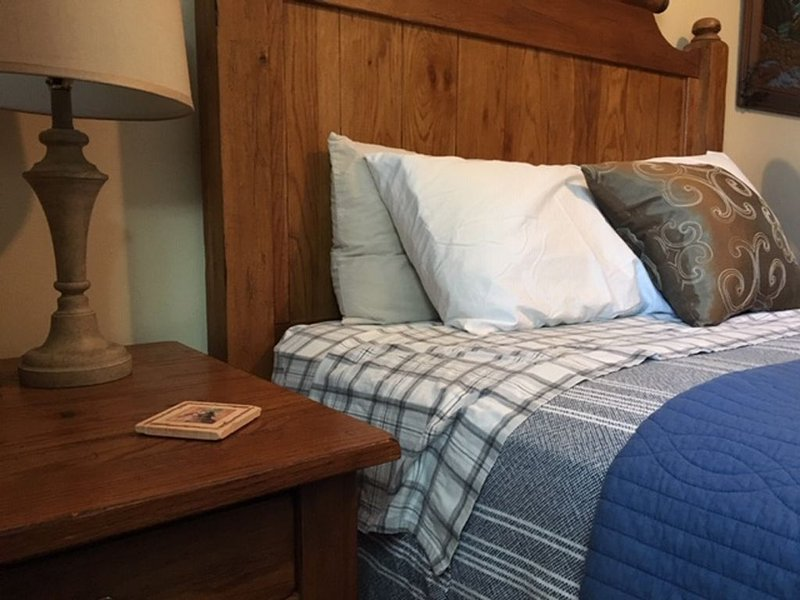 Furnished Bedroom in our Home (Queen bed) - Dogs Welcome - Shared Bath, alquiler de vacaciones en Woodland Park