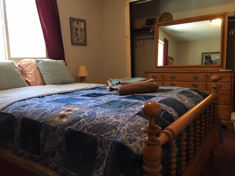 Furnished bedroom in our Home (full size bed), Dogs Welcome, share bath, alquiler de vacaciones en Woodland Park