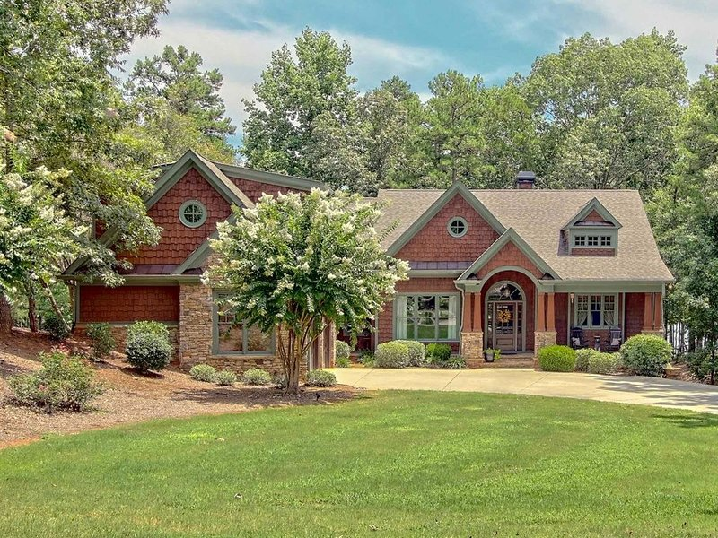 Spectacular Craftsman Style home in beautiful gated neighborhood on the lake, vacation rental in Hartwell