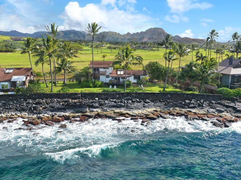 Hale Ulili: Oceanfront Island Style Home is an Amazing Value! Best Sunset Views!, alquiler vacacional en Kalaheo