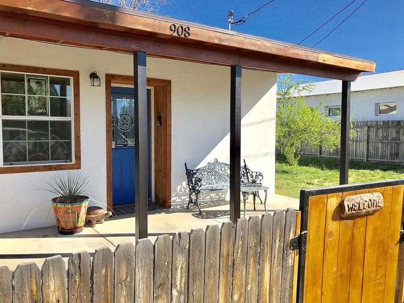 Remodeled 100-year old adobe casita, aluguéis de temporada em Marfa
