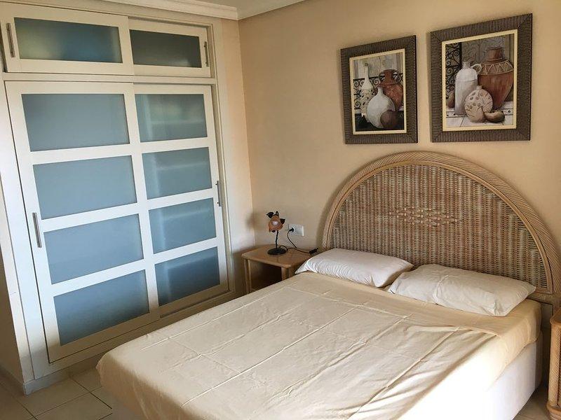 Luxury apartment near Los Gigantes, free WiFi, huge terrace & swimming pools, holiday rental in Acantilado de los Gigantes