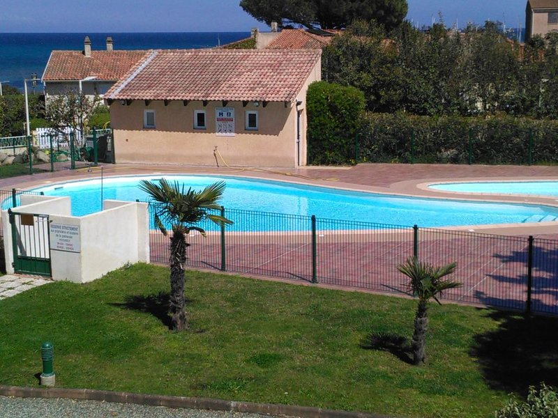STUDIO RENOVATED IN RESIDENCE WITH POOL 100 M FRO, alquiler de vacaciones en Solaro