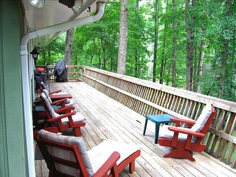 Deck com vista para o lago e quintal.