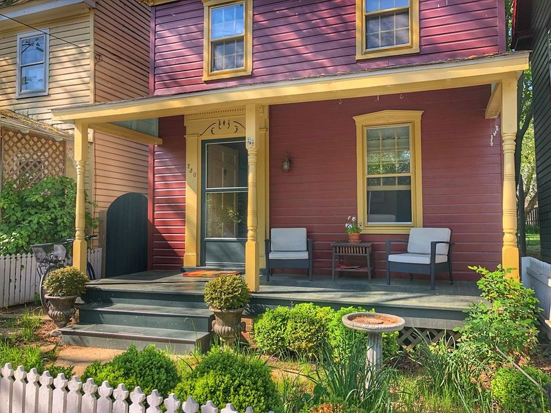 Chestertown's Pet-Friendly Little Red Cottage, holiday rental in Centreville