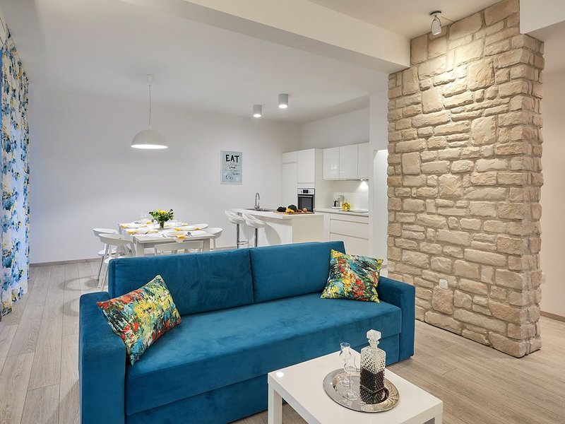 Luxury family-friendly apartment with private pool, 10 min drive to center Split, holiday rental in Solin