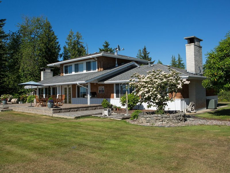 High bank waterfront retreat, vacation rental in Stanwood