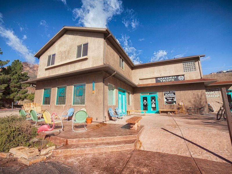CLEAN /Central / Patio views! Large 3 bdrm 2 bath sleeps 8+ In the heart of town, holiday rental in Springdale