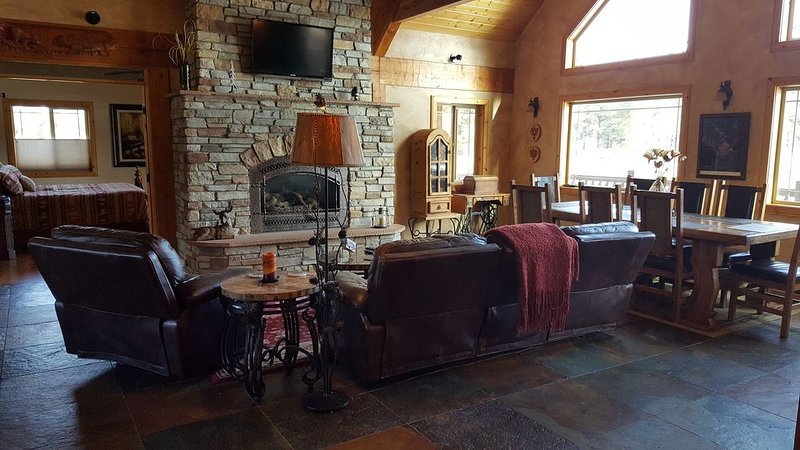 Large luxury Retreat w/ 3Masters, gameroom, back patio, hot tub, bbq, 5min dwtn, casa vacanza a Pagosa Springs
