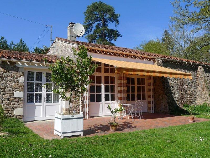 L Orangerie, avec piscine couverte chauffée, dans une campagne magnifique, holiday rental in Le Champ-Saint-Pere