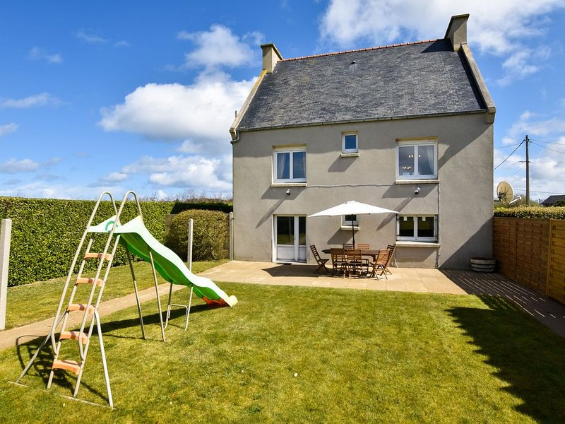 Atmospheric Breton house with garden, at walking distance from the beach., vacation rental in Plourin
