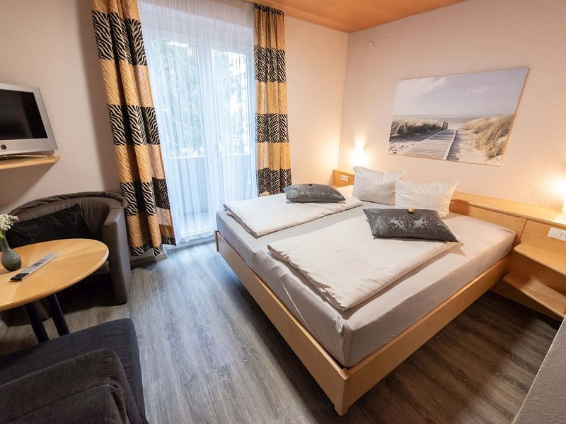 Dreibettzimmer mit WC und Dusche, holiday rental in Eichenberg
