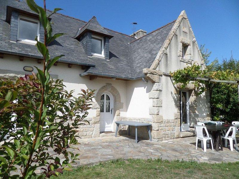 Grande maison bretonne idéale famille nombreuse à 2 pas de la plage, holiday rental in Ploubalay
