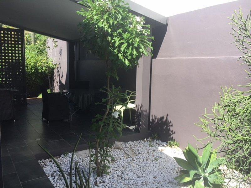 BEL APPARTEMENT T1 BIS EN REZ DE JARDIN A PROXIMITE DU FRONT DE MER DE ST PAUL, location de vacances à Arrondissement de Saint-Paul