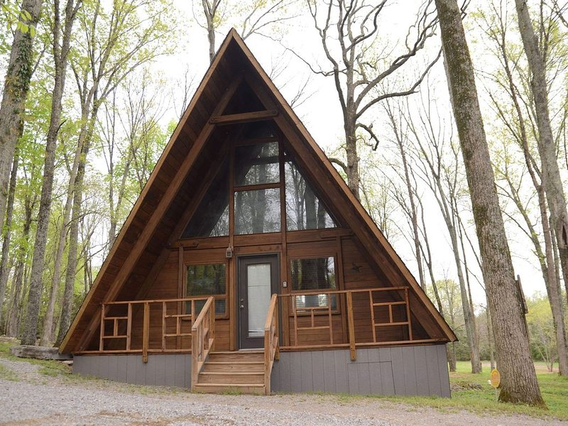 A Frame Chalet-140 Acre Farm, Sleeps 4, in Nashville, Weddings/Events Welcome, holiday rental in Gladeville