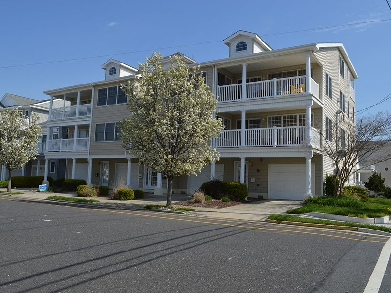 Ocean View 4 Bed, 3 Bath 1 block to Beach, Boardwalk, Close to Convention Center, holiday rental in Wildwood