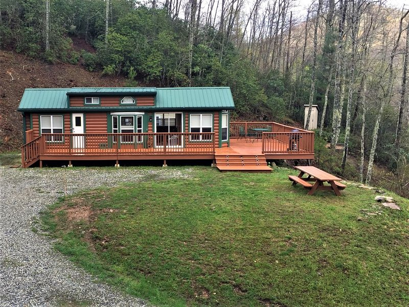 Cozy Mountain Getaway!!  Fun For The Whole Family. (1 Mile From Lake Nantahala), holiday rental in Topton