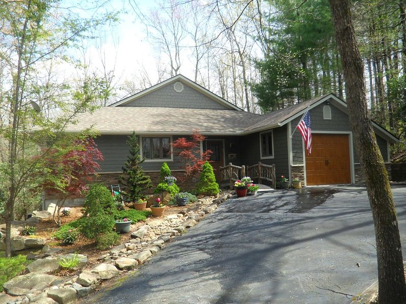 Luxury Resort Living in the Mountains - Totally Remodeled, Wi-Fi, Pet Friendly, holiday rental in Brevard