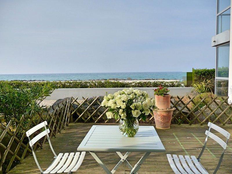 Face à la mer - appartement au bord de la plage des Rosaires, holiday rental in Cotes-d'Armor